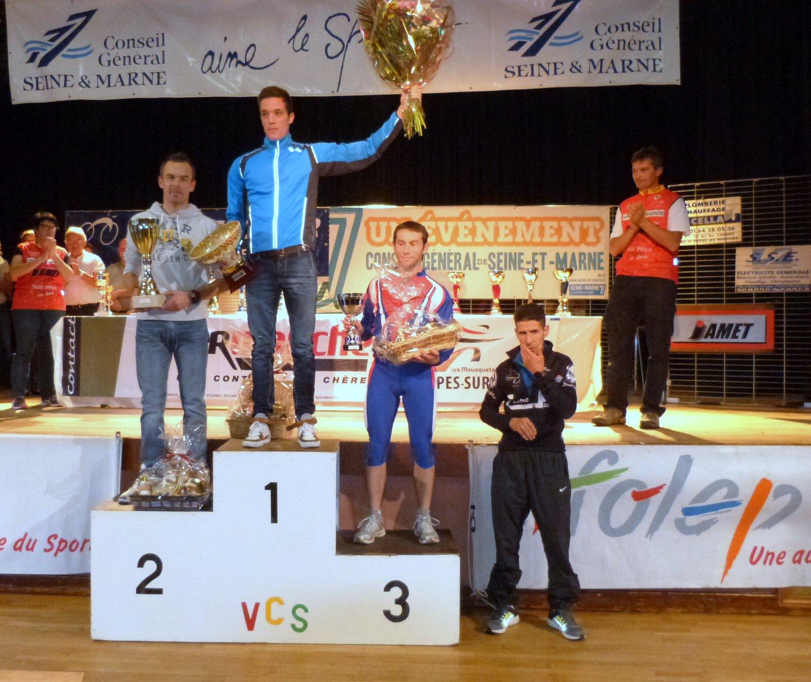 le podium 2014 scratch individuel avec 1erjulien grosjant de senart triathlon 2eme frederic lubach du PCO 3eme laurent martinou US metro au pied du podium  hassan issengar infosport 5°