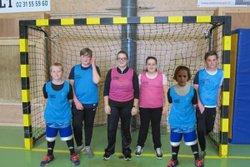 Les jeunes ont pratiqué le handball et le tir à l'arc